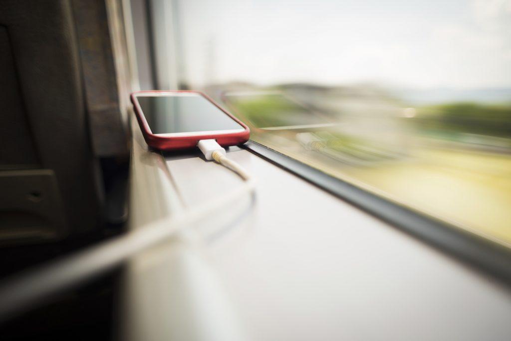Oggetti utili in treno caricabatterie