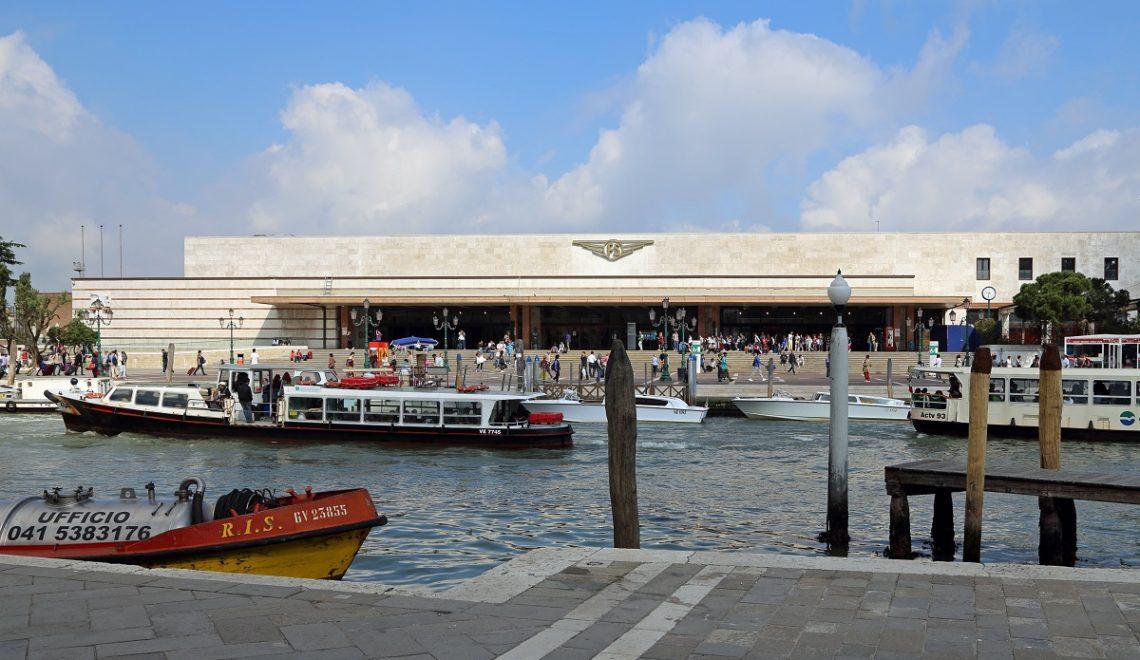 Benvenuti alla stazione di Santa Lucia a Venezia: mai viaggiato sull'acqua?