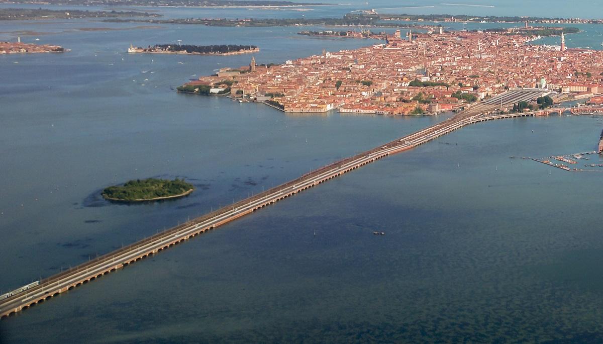 arrivare a venezia santa lucia in treno copyright didier descouens wikimedia commons