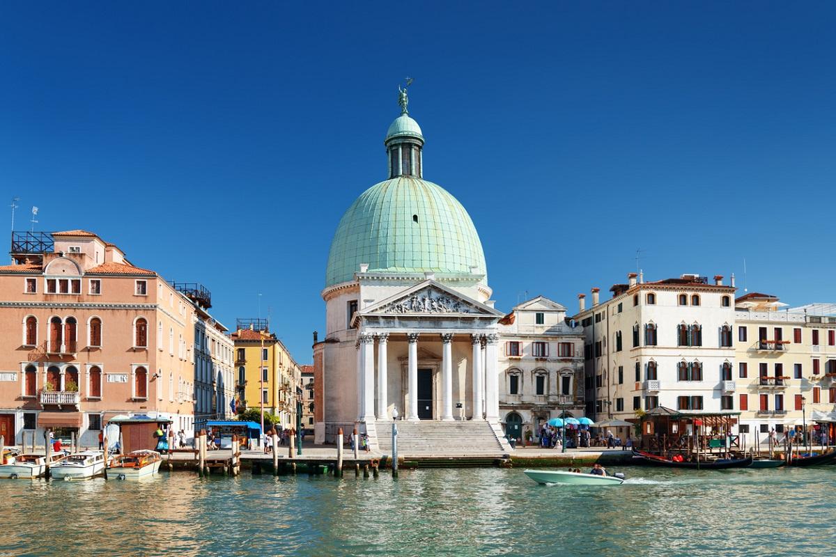 chiesa davanti stazione venezia santa lucia
