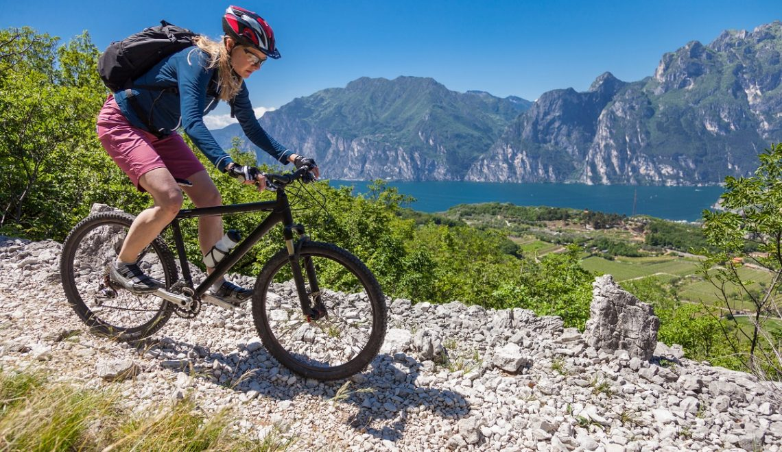 Da Peschiera in bici fino a Bardolino idee green weekend - donna in bici