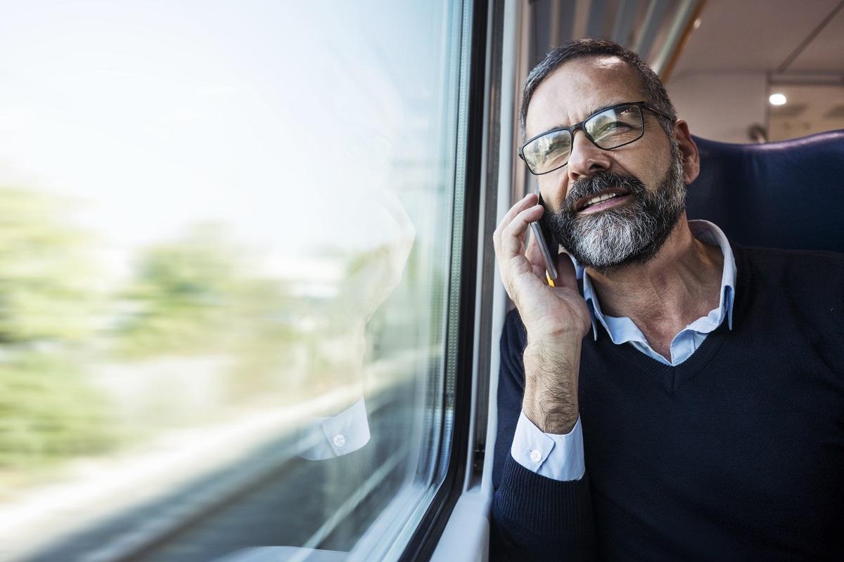anticipare ritorno in treno se meeting finisce prima - business woman giacca gialla - businessman in treno