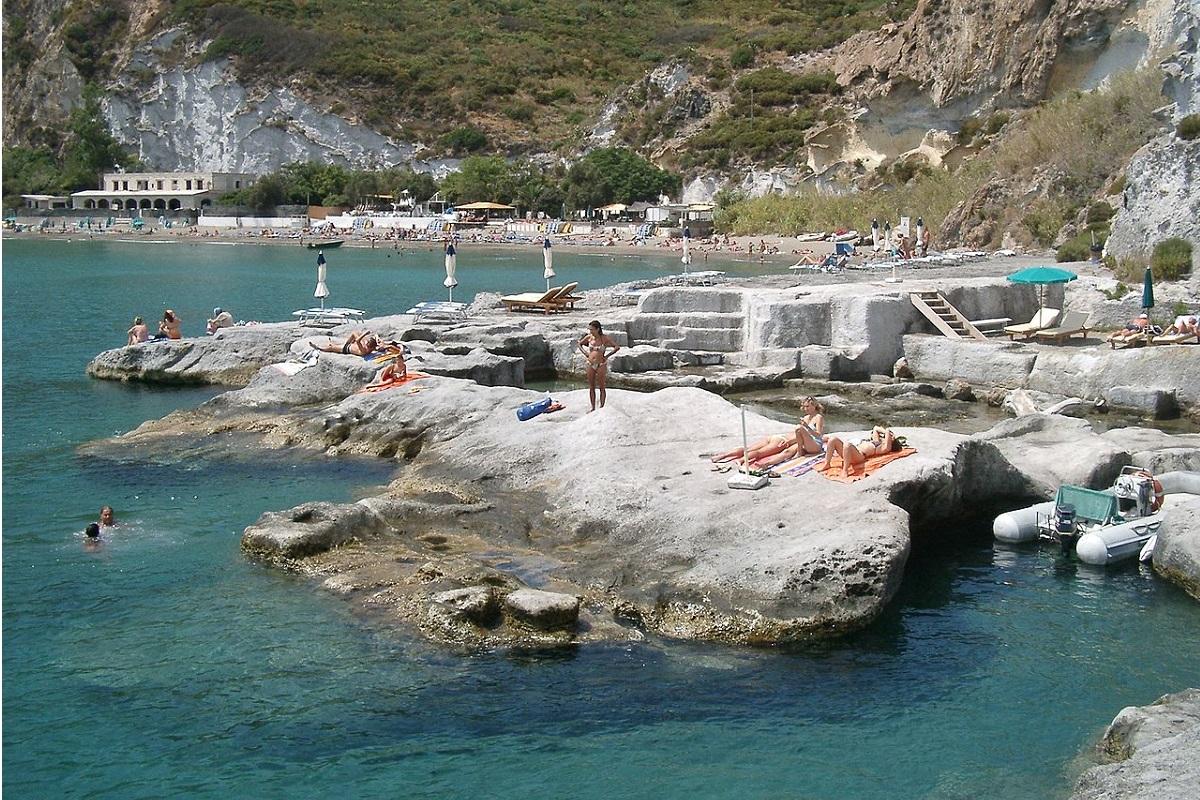 Vacanze a Ponza come arrivare e cosa fare nell'isola pontina - spiaggia_di_Frontone-wikipediait