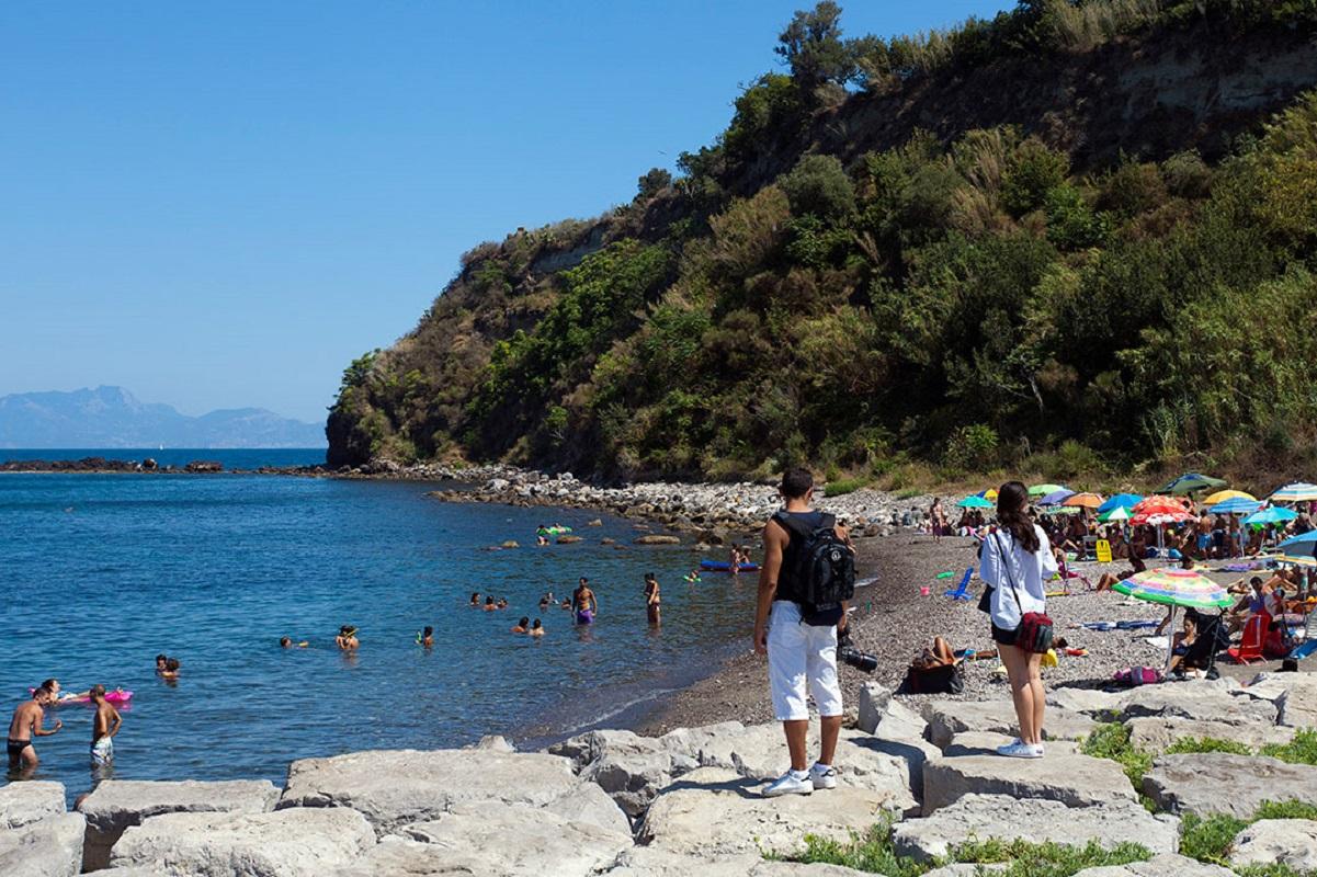 Isola di Procida: spiagge da sogno e colori al largo di Napoli - La spiaggia della lingua