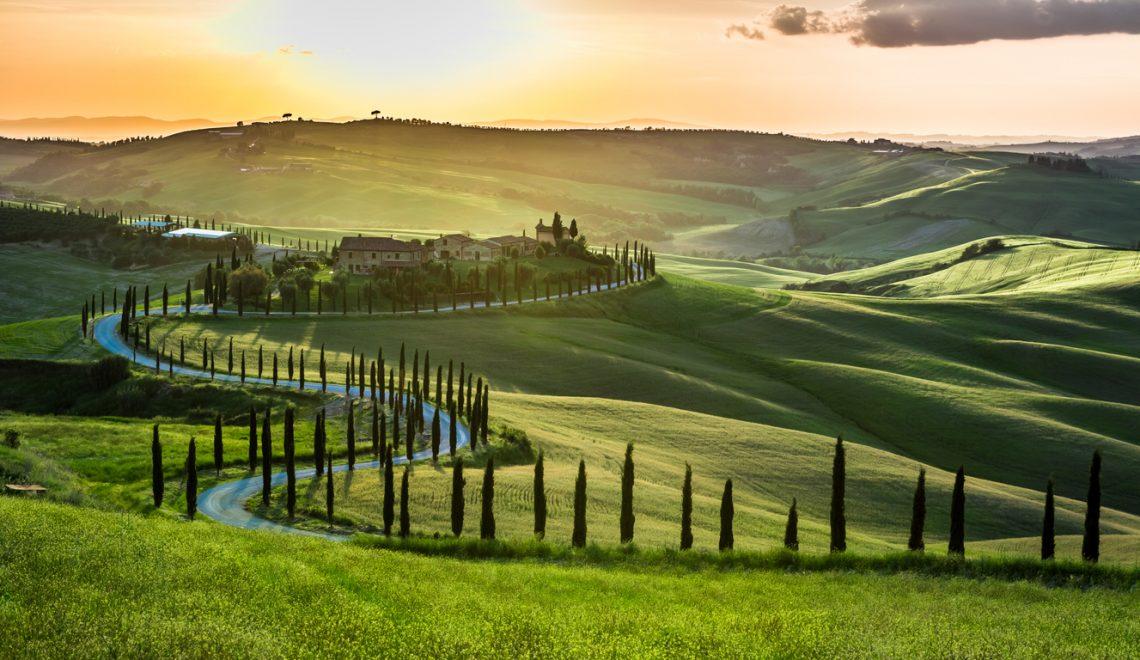 Strada con cipressi in Toscana