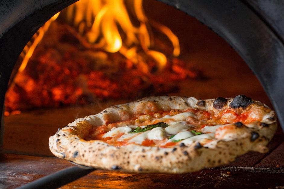 pizza margherita cotta nel forno a legna